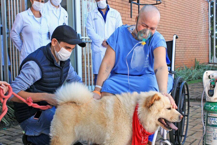 Após pedido especial, paciente em cuidado paliativo recebe visita de cachorrinha de estimação no hospital