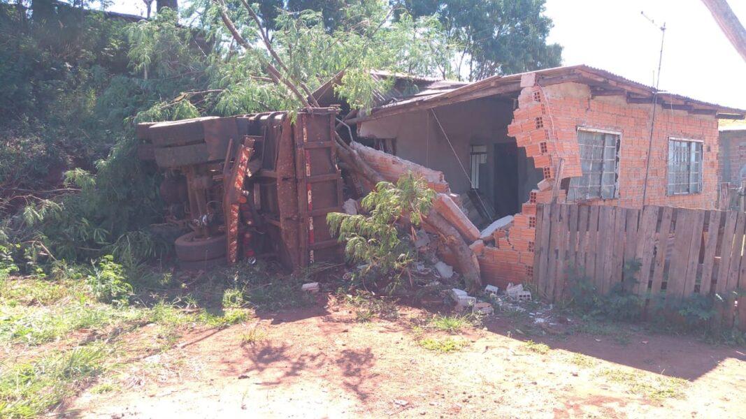 Caminhão desgovernado invade casa da zona norte de Londrina