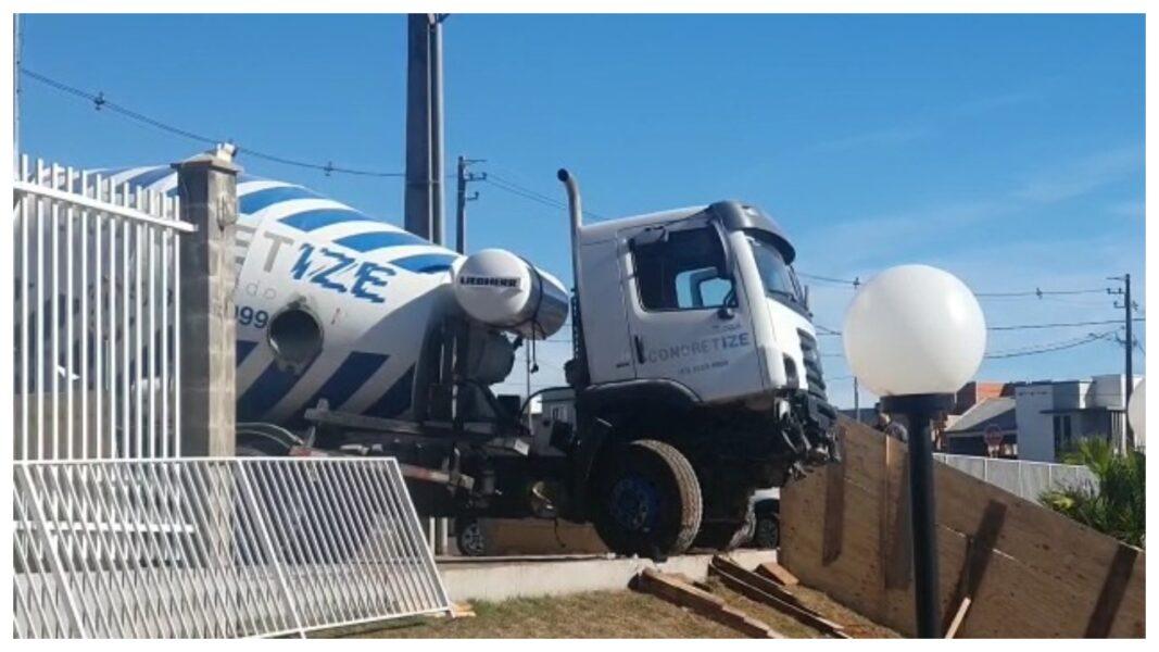 Após 12 dias, caminhão betoneira é retirado de piscina em condomínio de Cascavel