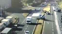 Motorista é fechado e acaba tombando caminhão carregado com pães; vídeo e fotos