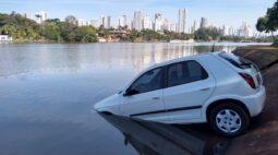 Carro perde controle e acaba dentro do Lago Igapó