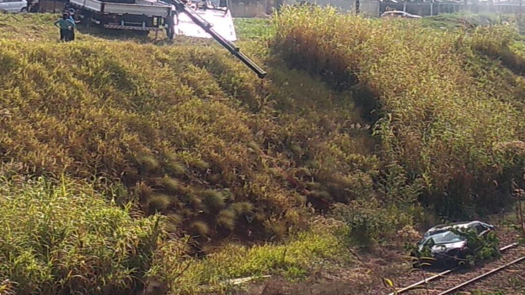 Após três tentativas, carro que despencou e ficou preso na linha do trem é resgatado em Londrina