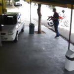 Vídeo: Carro 'segue' o dono e vai parar dentro de quiosque de caldo de cana