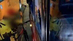 Ciclista quebra vidros de ônibus em briga de trânsito e grávida sofre ferimentos