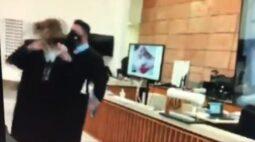 Dalledone chacoalha com força pescoço de colega durante júri de Manvailer