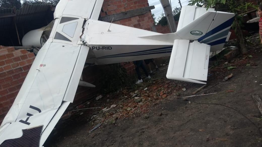 Monomotor cai sobre residência na Grande Curitiba