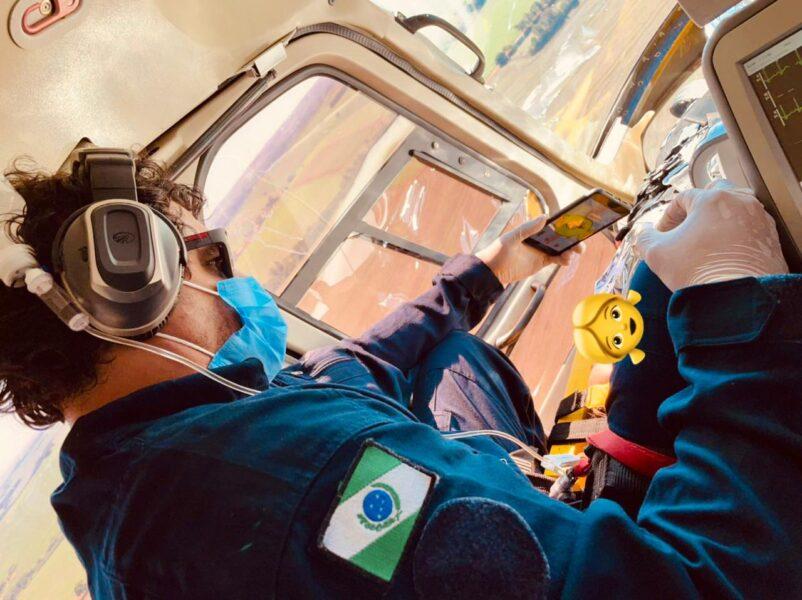 Médico acalma criança durante resgate de helicóptero com desenho da Galinha Pintadinha