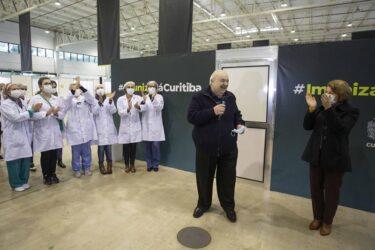 Prefeito Rafael Greca recebe segunda dose da vacina e homenageia enfermeiros
