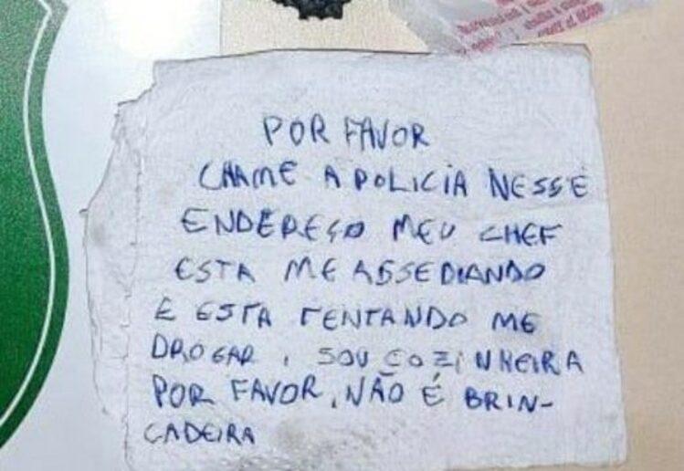 Cozinheira vítima de assédio pede socorro em guardanapo enviado em pedido de delivery