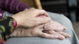 Vizinhos denunciam caso de idoso abandonado pela família e assumem os cuidados