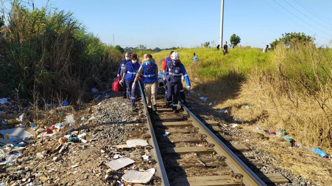 Homem perde perna após dormir em trilho de trem, em Curitiba