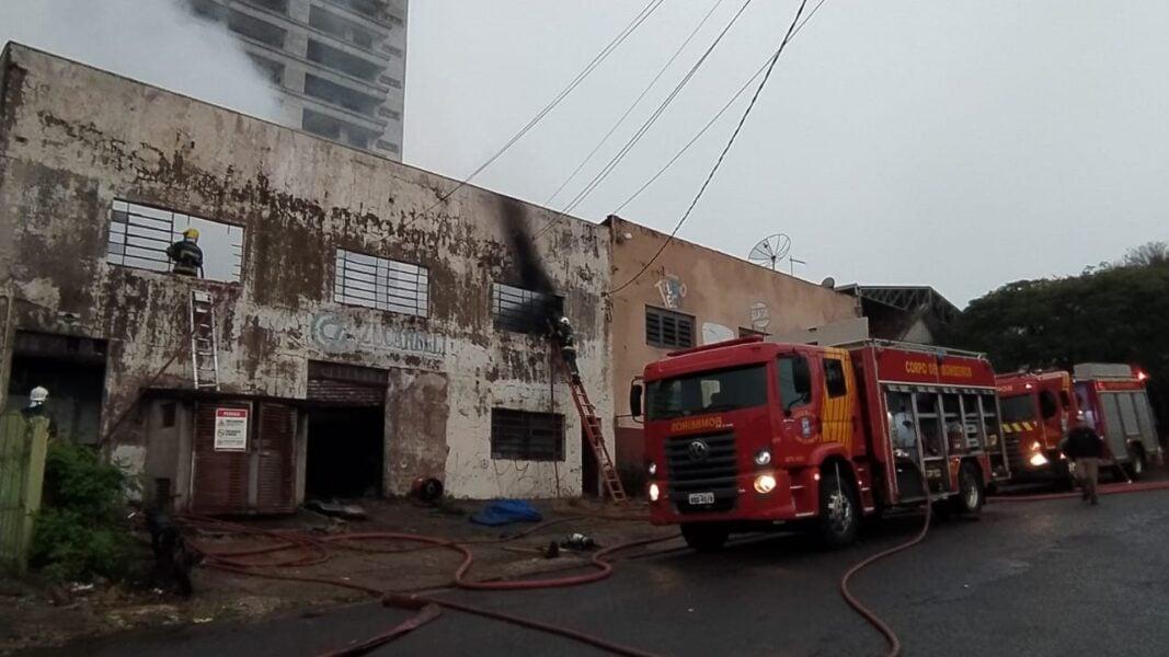 Incêndio nesta madrugada destrói barracão comercial de Apucarana