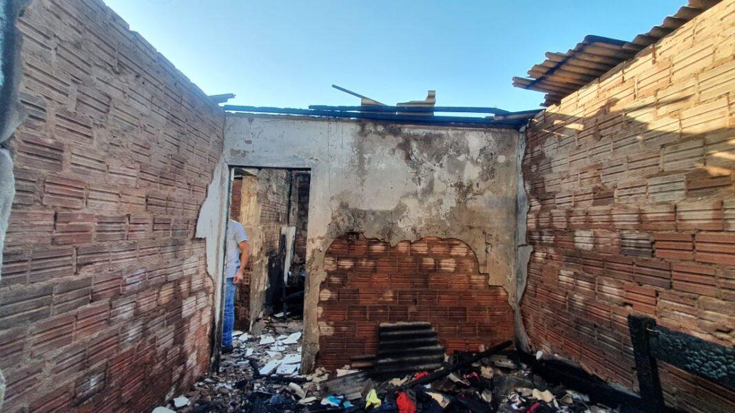 Casa é destruída em incêndio e casal consegue salvar 2 filhos; veja as fotos