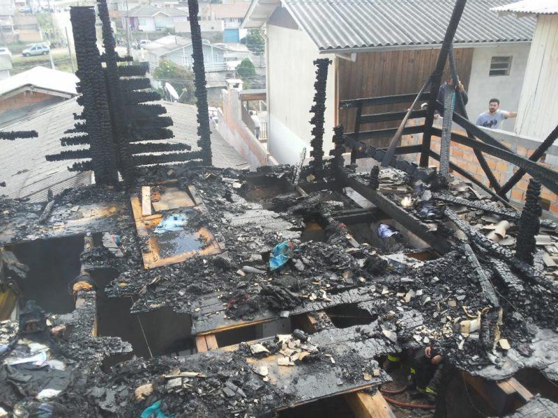 Incêndio que matou três crianças pode ter sido iniciado com brincadeira