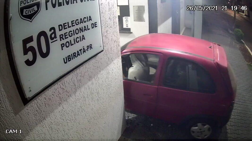 Com carro, homem invade Delegacia de Ubiratã e destrói entrada da unidade; veja o vídeo