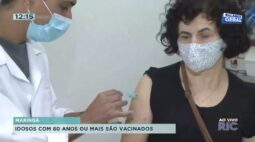 Idosos com 60 anos ou mais são vacinados em Maringá