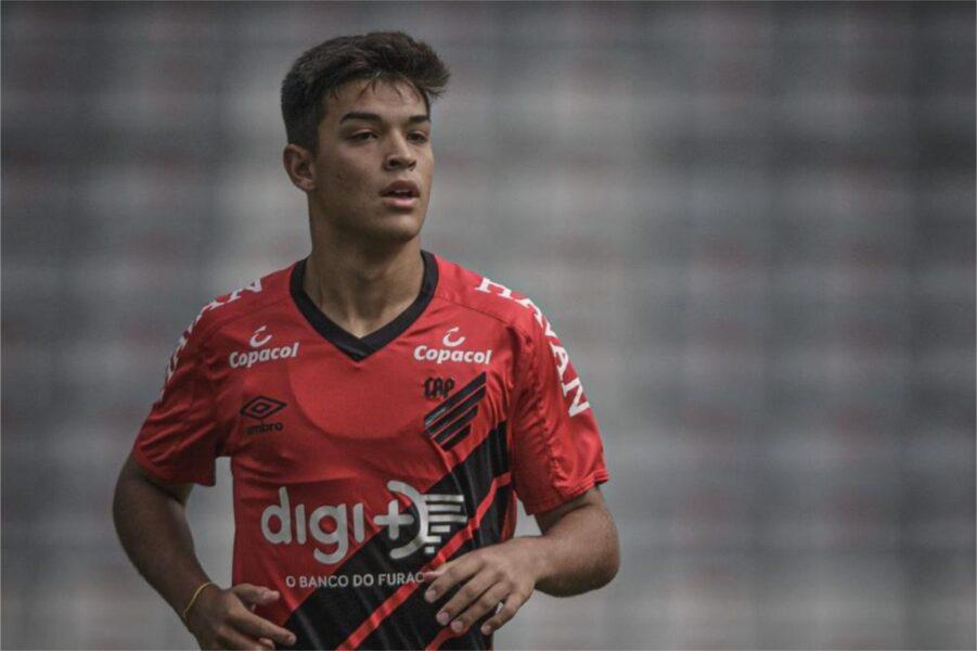 """João Vialle celebra estreia pelo time principal do Athletico: """"Realização de um sonho"""""""