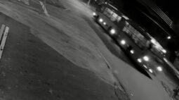 Jovem de 19 anos morre após colidir motocicleta com ônibus; assista