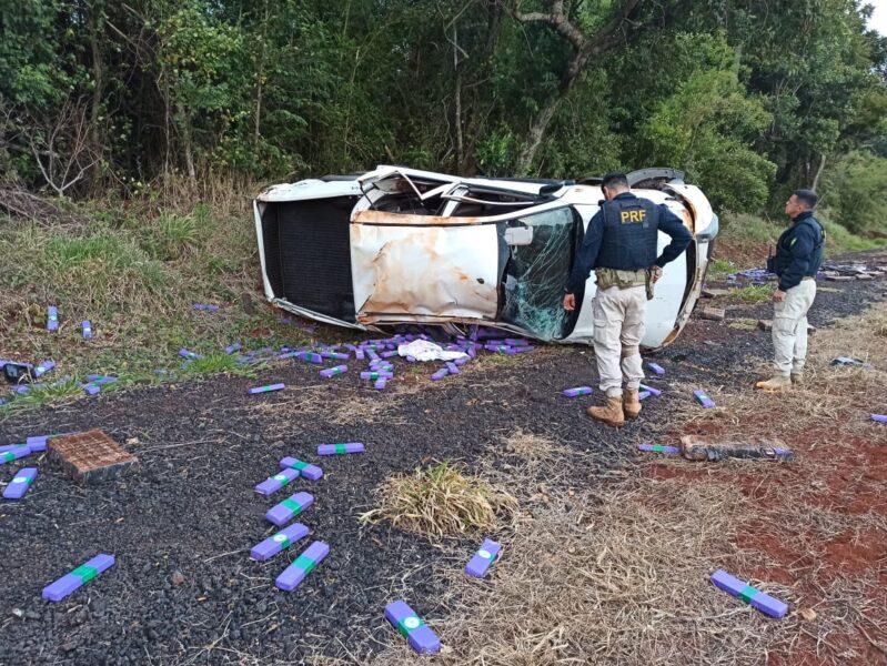 Em fuga, homem capota carro com mais de meia tonelada de maconha e é preso