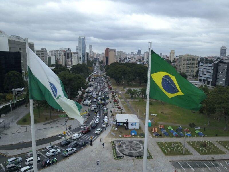Manifestantes pró-Bolsonaro organizam carreata em Curitiba neste sábado (1)