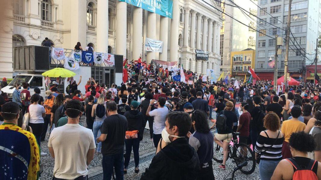 Manifestantes realizam ato contra o presidente Jair Bolsonaro em Curitiba