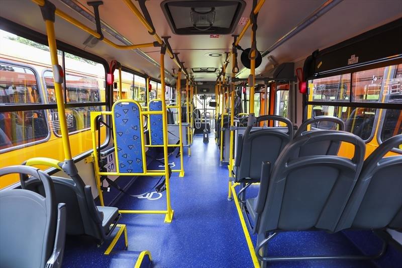 Mulher é presa por suspeita de roubo a mão armada em ônibus na cidade de Curitiba