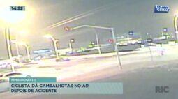 Ciclista dá cambalhotas no ar depois de acidente