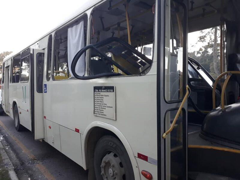 Ônibus estraga e passageiros depredam veículo em Curitiba