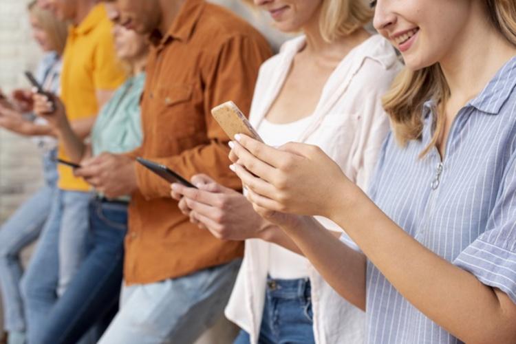 'Efeito camaleão': olhar para o celular faz com que outras pessoas façam o mesmo, conclui estudo