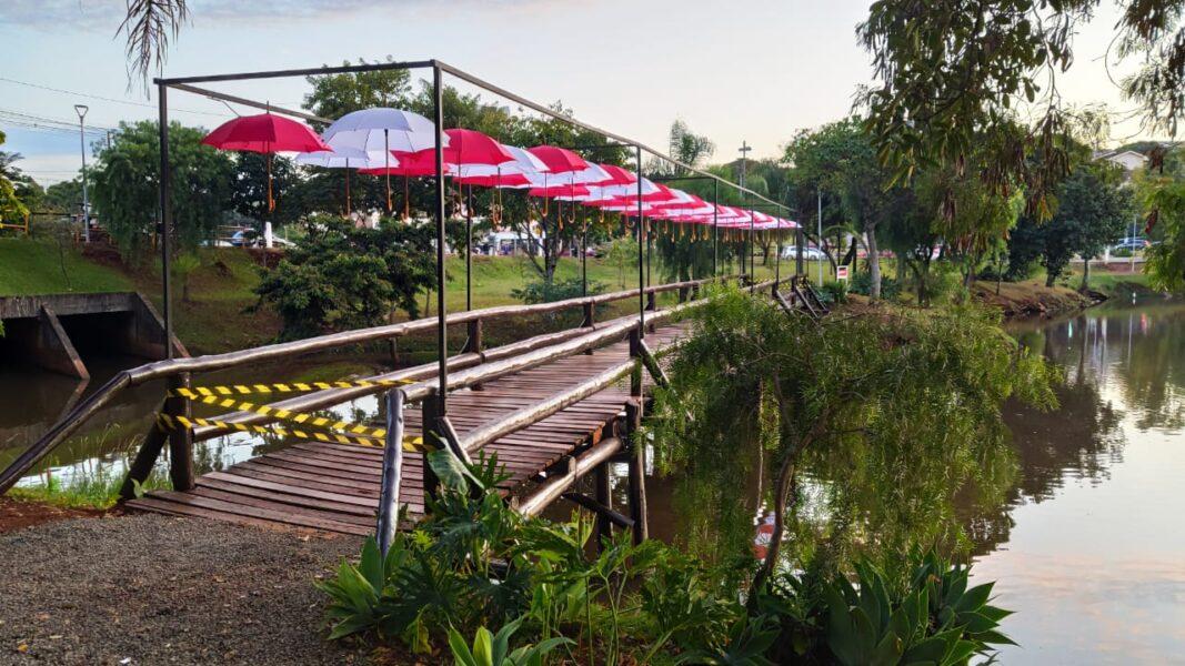Passarela do Igapó II ganha decoração de guarda-chuvas
