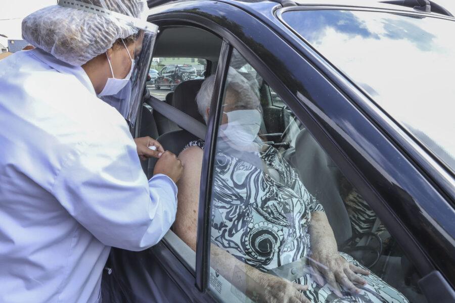 Vacinação por drive-thru em Curitiba será prioritária a idosos com dificuldades de locomoção