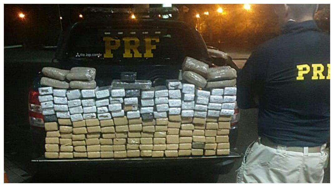 PRF apreende 128 kg de maconha e recupera veículo furtado, em Guaíra