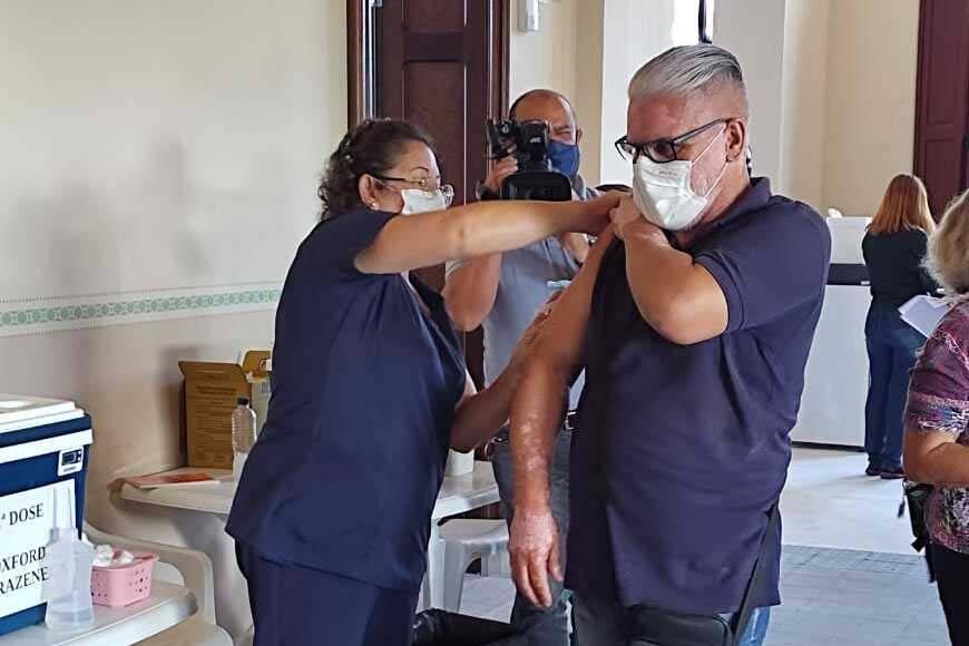 Professores começam a ser vacinados em várias cidades do Paraná