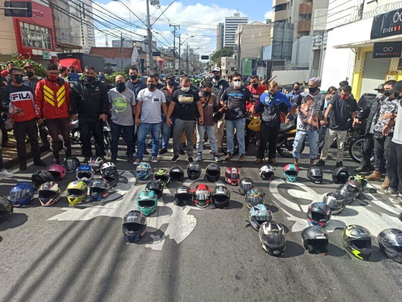 Pedindo por justiça, motoboys protestam em avenidas no centro de Curitiba