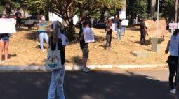 Em protesto, alunos pedem retorno de aulas práticas na UEM; veja o vídeo