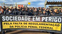 Policiais penais federais fazem manifestação em frente a unidades prisionais do país