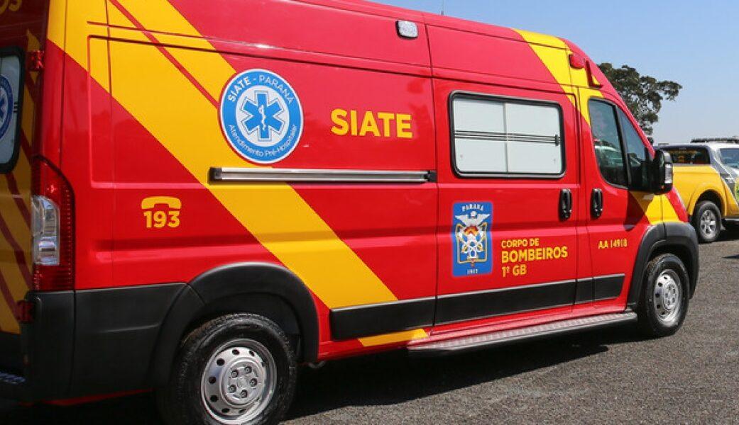 Motorista faz sinal obsceno para ambulância, bate carro e é atendido pelos socorristas que ofendeu