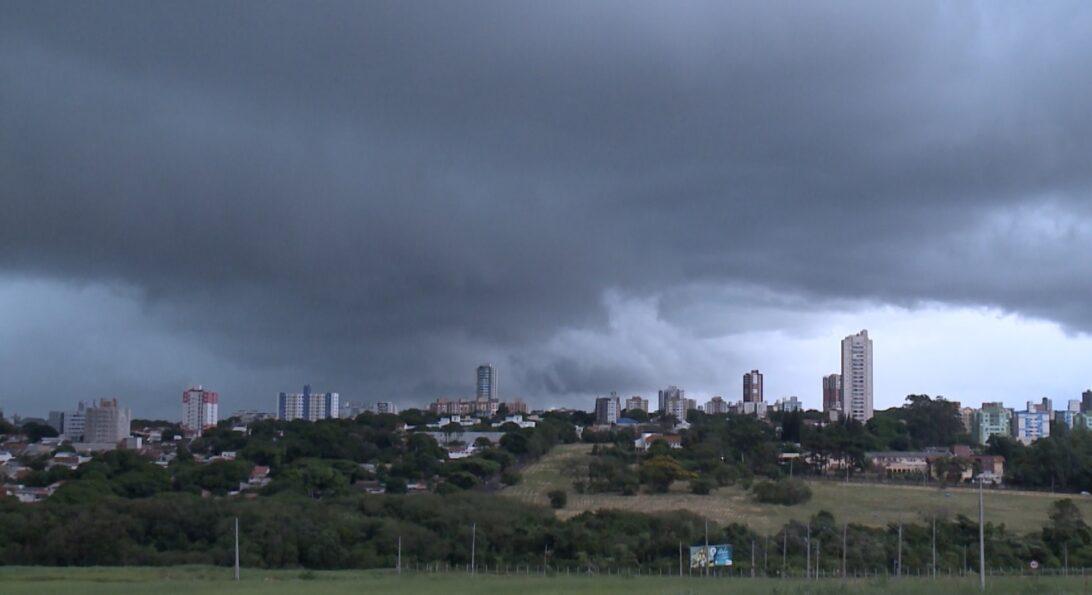 Chuva registrada nesta quarta (12) precede frente fria em Maringá