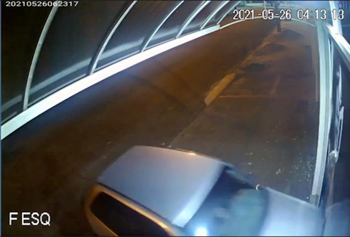 Em Cascavel, ladrões invadem tabacaria com carro para tentar praticar furto