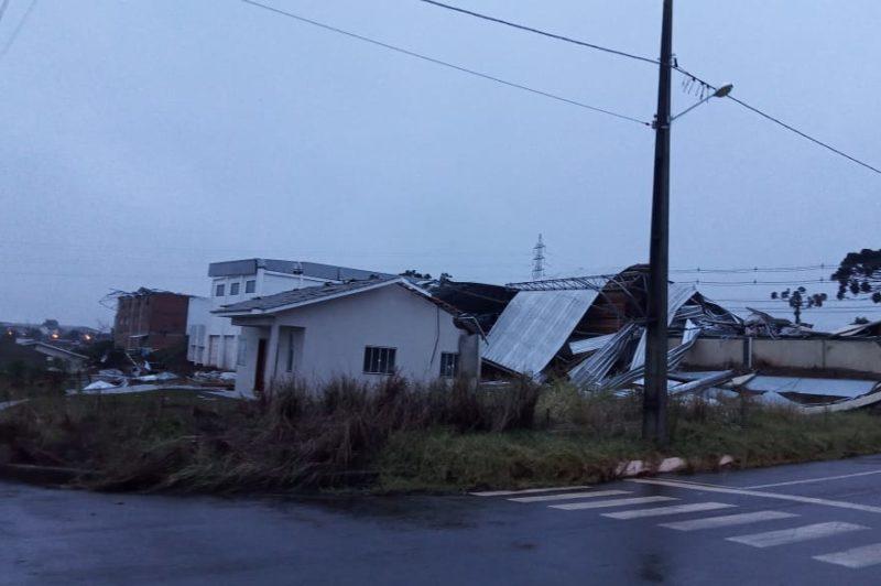 Após passagem de tornado em Santa Catarina, 65 mil unidades ainda estão sem luz