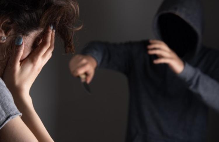 Jovem mata ex-cunhado e esfaqueia ex-namorada após término de relacionamento