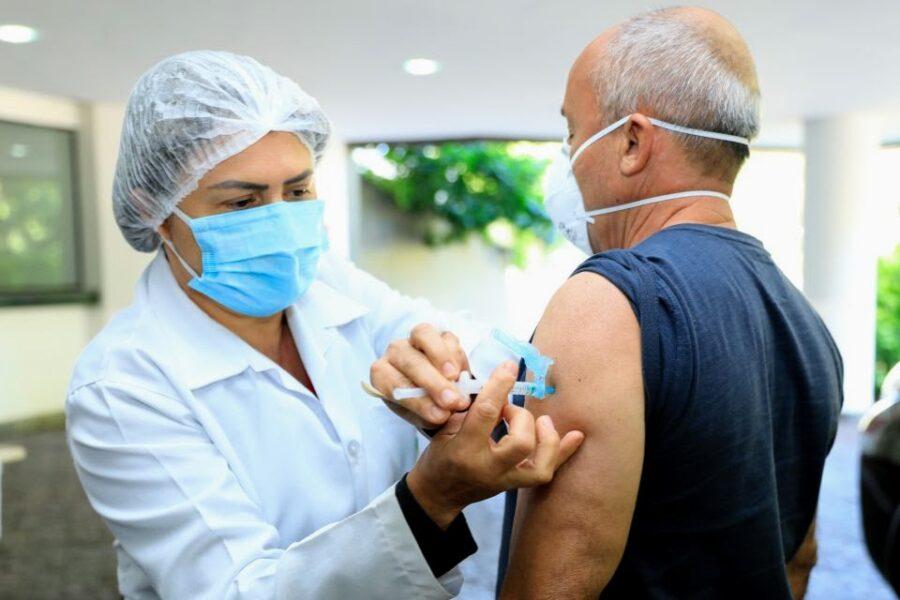 Pessoas com 50 anos ou mais e que tenham comorbidades já podem vacinar contra covid-19