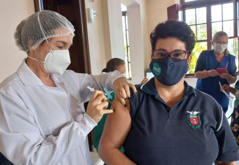 Paraná já vacinou 1.464 profissionais da educação contra a covid-19
