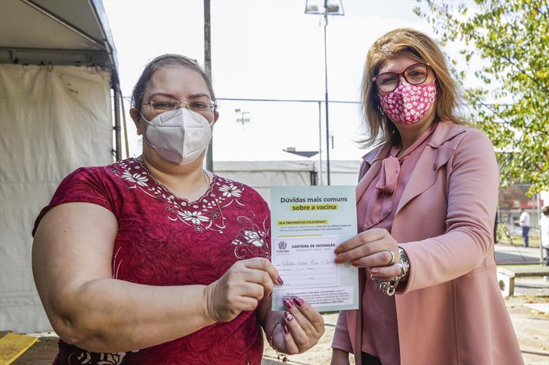 """Professores da rede municipal começam a ser vacinados em Curitiba: """"Um alento"""""""