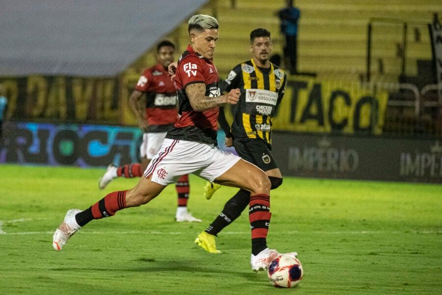 Com 3 gols de Pedro, Flamengo vence e se aproxima da final do Carioca