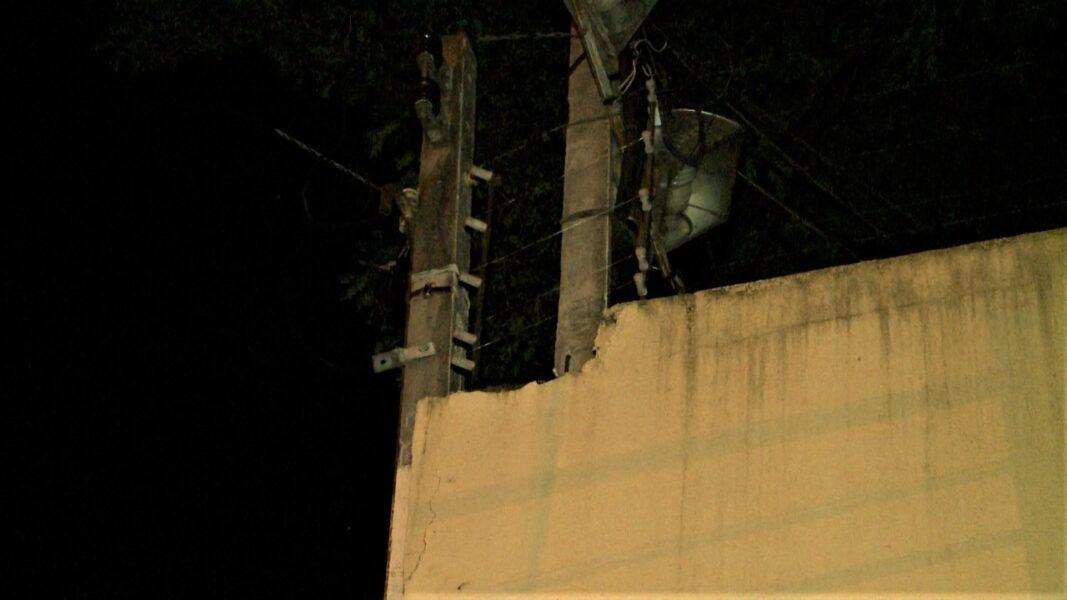 Homem tenta arrumar poste após apagão, sofre descarga elétrica e ainda perfura braço em grade do vizinho