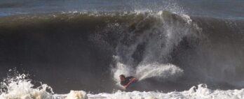 Isa Nunes encara swell atrás da laje em Matinhos