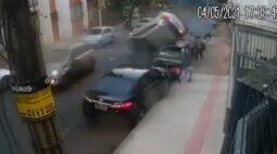 VÍDEO: Carro capota e 'voa' para cima de outros veículos