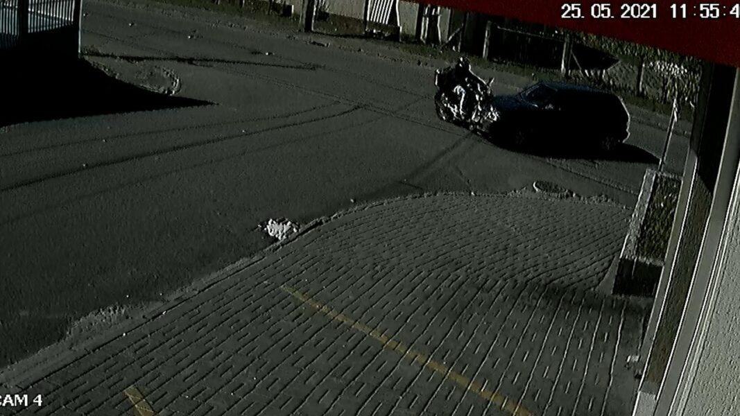 Motociclista sobrevive após 'voar' por cima de carro em colisão; assista