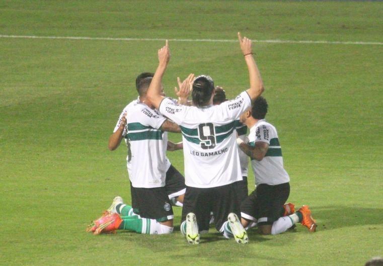 Coritiba estreia com o pé direito na Série B e vence o Avaí por 2 a 0